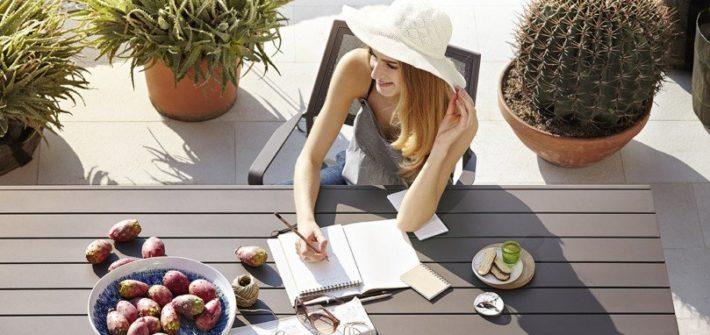 kobieta przy stole fotografia