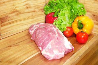 mięso na stole fotografia
